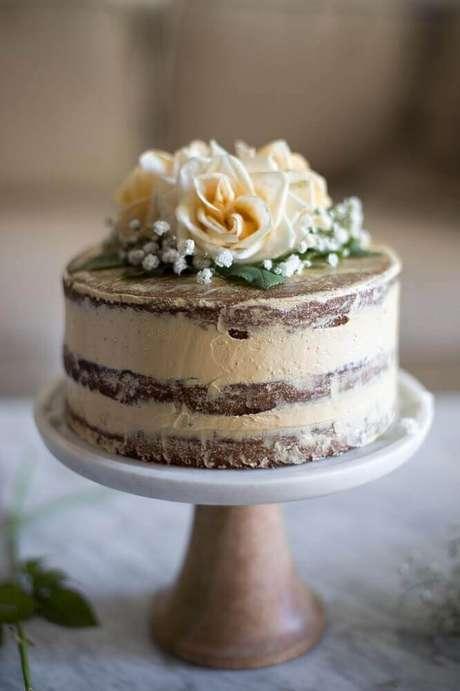 39. Decoração rústica para bolo de casamento simples com rosas no topo – Foto: Marulan General Store