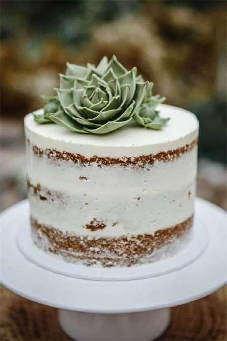 40. O bolo para casamento simples decorado com suculentas é um tendência super linda – Foto: WeddingInclude