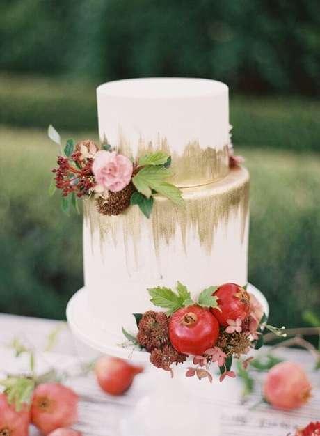 43. Invista em detalhes modernos para a decoração do bolo para casamento simples – Foto: Trendy Bride
