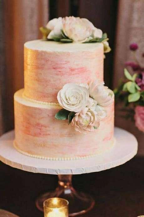 45. Para um bolo de casamento simples com detalhes românticos invista em pérolas, flores e também em tons de rosa – Foto: Leeches