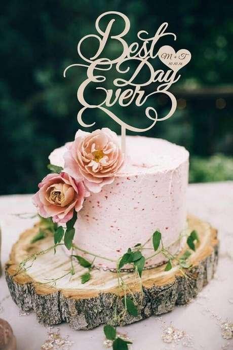 46. Decoração romântica para bolo simples de casamento – Foto: Weddbook