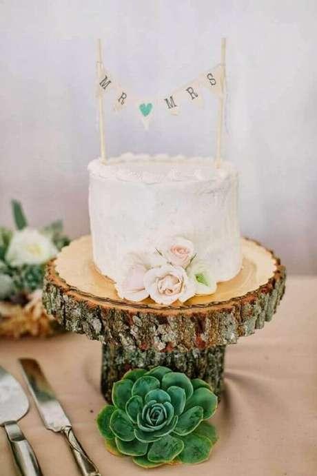 47. Decoração rústica com bolo simples de casamento – Foto: Bella Wedding Site