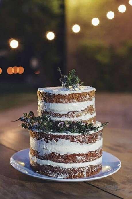 48. Lindo bolo simples de casamento com acabamento rústico – Foto: Elsacoignoux
