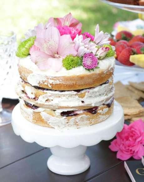 49. O bolo de casamento simples e bonito pode conter bastante flores na sua decoração – Foto: Festa de Casamento