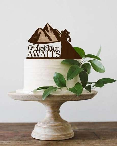 50. Decoração simples com folhagens para bolo de casamento simples e bonito – Foto: Weddbook