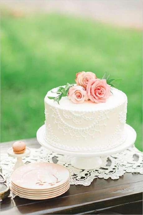 51. Uma decoração clássica com bolo de casamento simples e bonito deve conter flores e rendas – Foto: Leeches