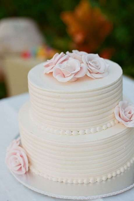 52. Lindo e delicado bolo para casamento simples 2 andares – Foto: Leeches