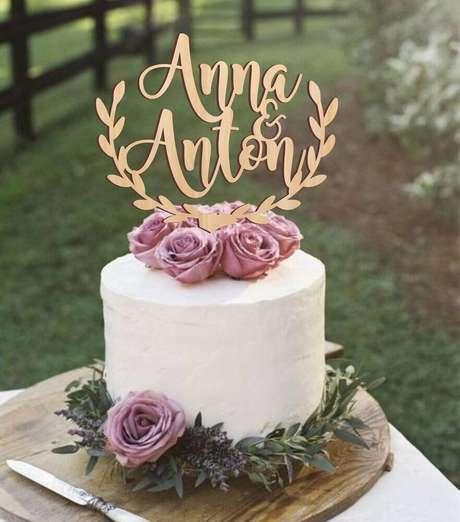 53. Bolo de casamento simples com chantilly decorado com rosas lilás no topo – Foto: Weddbook