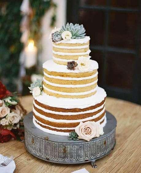 2. O naked cake é uma excelente opção de bolo de casamento simples e rústico -Foto: Affinity Weddings