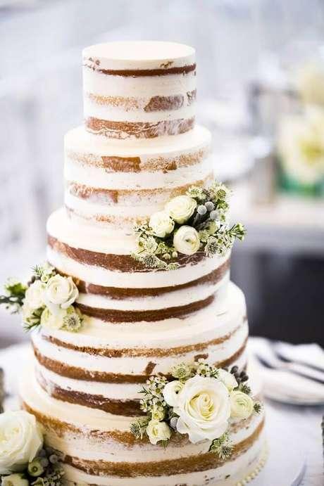 54. Decoração linda com bolo de casamento simples e bonito no estilo naked cake 4 andares – Foto: Inside Weddings