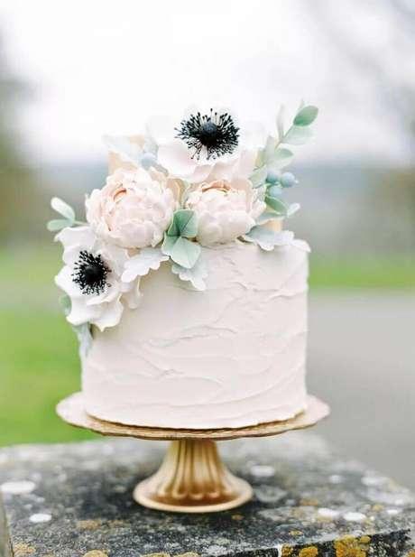 55. Decoração com flores para bolo de casamento simples com chantilly – Foto: Yandex