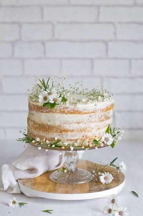 57. Lindo modelo de bolo simples de casamento rústico decorado com pequenas flores brancas – Foto: Cake Ideas