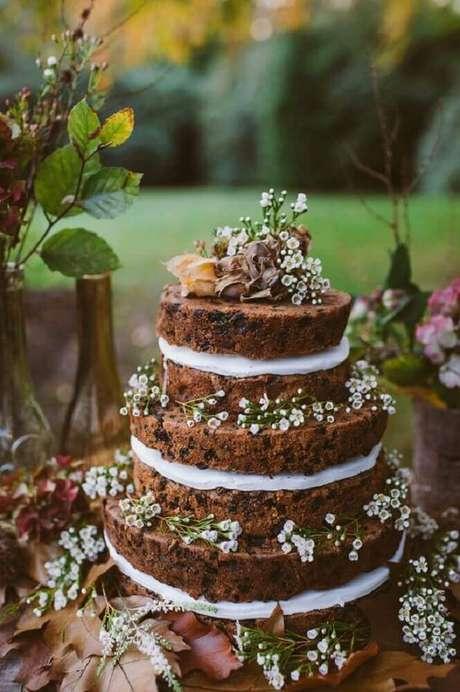 58. O bolo de casamento simples e bonito todo de chocolate é de encher os olhos e garante lindas fotos de bolo de casamento simples – Foto: Pinterest
