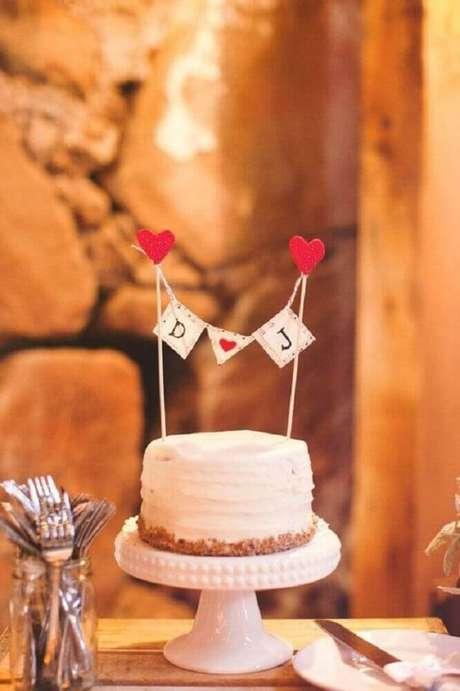 59. Decoração simples e delicada para bolo de casamento simples com chantilly – Foto: Pinterest