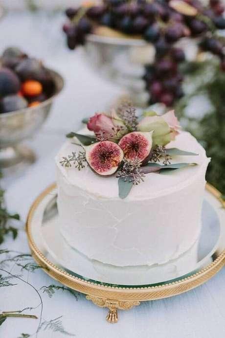 60. Modelo de bolo de casamento simples e delicado decorado com figos – Foto: Beauty of Wedding