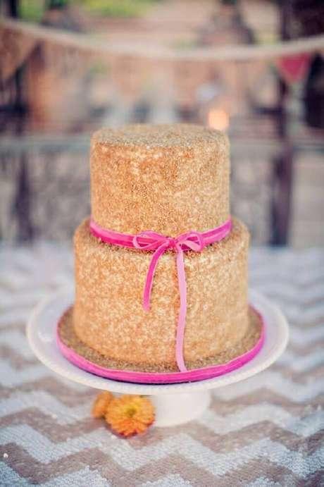 61. Modelo diferente de bolo para casamento simples decorado com fita cor de rosa – Foto: Exquisite Weddings