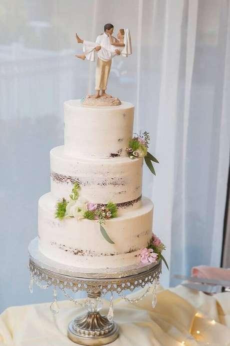 63. Decoração com bolo simples de casamento 3 andares decorado com pequenas flores – Foto: Marry Me Tampa Bay