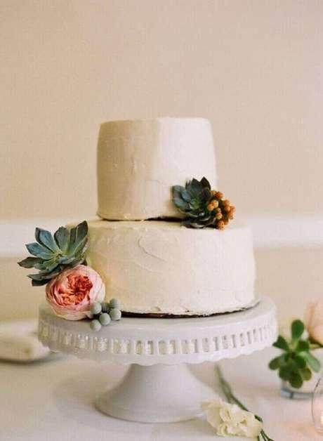 65. Invista em suculentas para deixar a decoração do seu bolo simples de casamento ainda mais bonita – Foto: Kreativ Welt