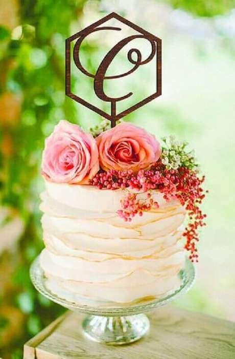 66. Decoração romântica com bolo para casamento simples decorado com flores no topo – Foto: Etsy