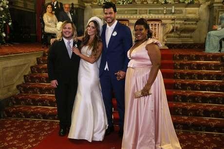Os noivos e Cacau Protásio (Foto: Daniel Pinheiro/Anderson Borde/AgNews)