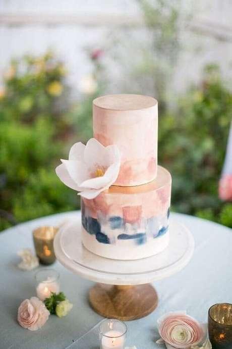 67. Tons de rosa e pastéis são perfeitos para levar um toque mais romântico para o bolo de casamento simples e moderno – Foto: WeMarry