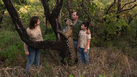 Onças e outros animais convivem em harmonia numa propriedade de 50 hectares pertencentes aos dois biólogos