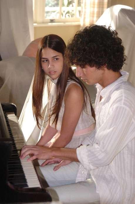 Pérola Faria como Giselle em cena da novela 'Páginas da Vida', em 2006, ao lado de Rafael Almeida, como Luciano.