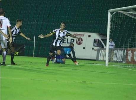 Romarinho, filho de Romário, em ação pelo Figueirense em 2018.