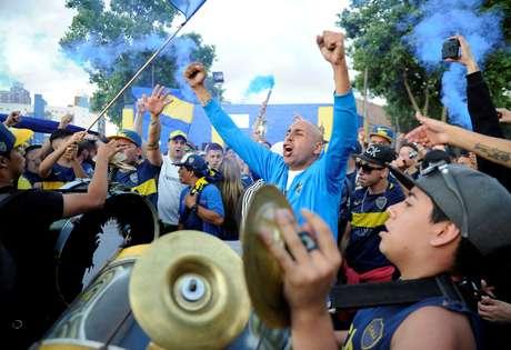 Torcedores do Boca Juniors cantam no embarque do time à Espanha para a disputa da final da Copa Libertadores (Buenos Aires, Argentina, em 4 de dezembro de 2018)