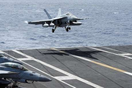 Caça do modelo F/A-18 Hornet pousa no mar do sul da China 30/09/2017 REUTERS/Bobby Yip