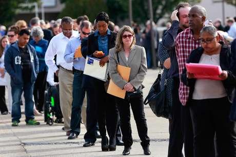 Pessoas aguardam em fila em feira de empregos em Uniondale, no Estado de Nova York 07/10/2014 REUTERS/Shannon Stapleton
