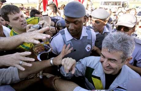 Ex-astronauta Marcos Pontes é recepcionado na chegada a Bauru  21/4/2006   REUTERS/Paulo Whitaker