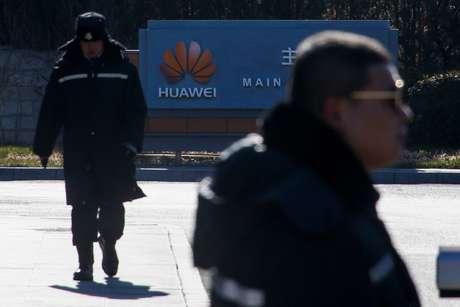 Agentes de segurança vigiam portão do complexo do escritório da Huawei em Pequim 6/12/ 2018.  REUTERS/Thomas Peter