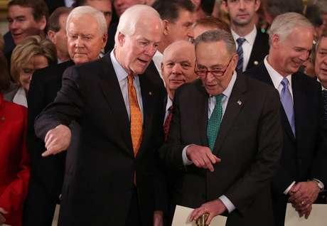 Senadores John Cornyn e Chuck Schumer   3/12/2018    REUTERS/Jonathan Ernst