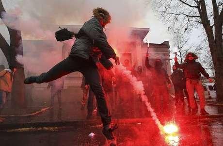 Ucranianos protestam em frente ao consulado da Rússia em Kharkiv