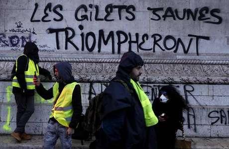 """""""Os coletes amarelos triunfarão"""", diz mensagem no Arco do Triunfo, em Paris"""
