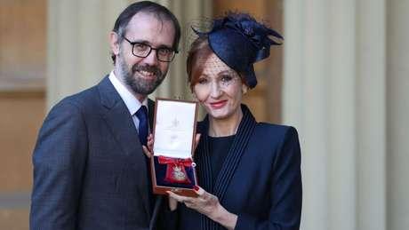 J.K. Rowling foi condecorada pela Rainha Elizabeth 2ª em 2017