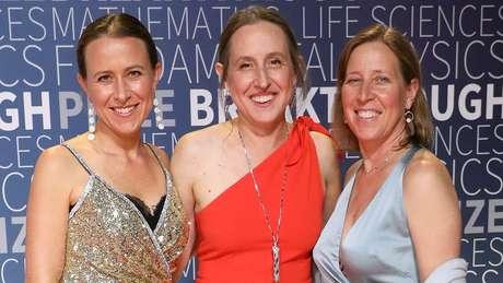 Anne (esquerda), Janet (centro) e Susan Wojcicki (direita) são bem-sucedidas em suas carreiras. Anne é dona de uma empresa bilionária de DNA que oferece um serviço que virou febre em vários lugares do mundo