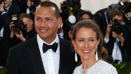 Anne virou assunto em revistas de celebridade quando namorou a estrela do basquete Alex Rodriguez, em 2016. Os dois não estão mais juntos