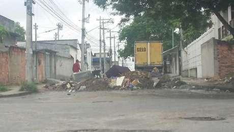 As barricadas são usadas para impedir a entrada da polícia em locais dominados por criminosos