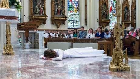O momento mais marcante da consagração é quando a virgem se deita prostrada no chão da igreja, em sinal de entrega a Deus