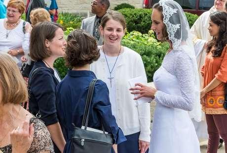 """'A catedral estava cheia de s amigos e familiares de pessoas da diocese que nunca tinham visto uma consagração antes"""", disse Jessica sobre o dia de sua consagração"""