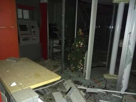 Agência foi atacada com explosivos na madrugada desta sexta-feira, 7
