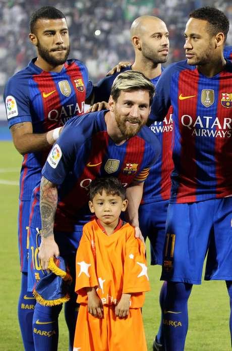 Murtaza Ahmadi no dia em que conheceu Lionel Messi em um jogo do Barcelona