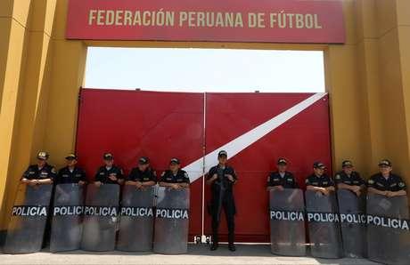 Polícia guarda porta da Federação Peruana depois da prisão de Oviedo