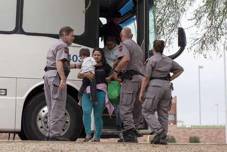 Imigrantes desembarcam de ônibus das autoridades migratórias dos EUA em Phoenix 29/05/2014 REUTERS/Samantha Sais