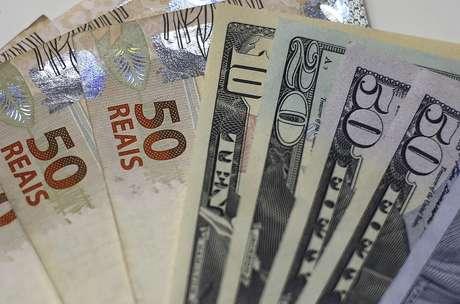 Imagem ilustrativa de notas de dólar e real  10/09/2015 REUTERS/Ricardo Moraes