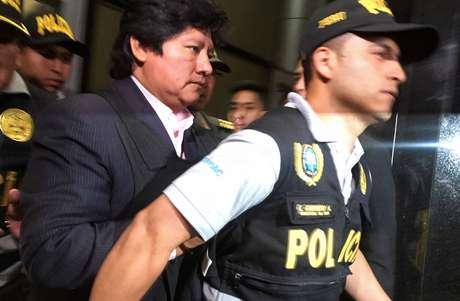 Policial leva Edwin Oviedo, presidente da Federação Peruana de Futebol
