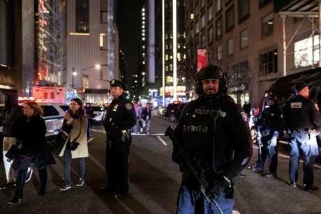 Polícia fecha rua no local próximo ao prédio onde está o escritório da CNN