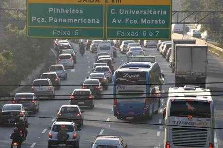 Vista área do trânsito na Marginal Pinheiros, altura da Ponte do Jaguaré, Zona Oeste de São Paulo (SP)